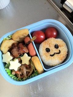 嫁が息子の幼稚園で初めてのお弁当を作る