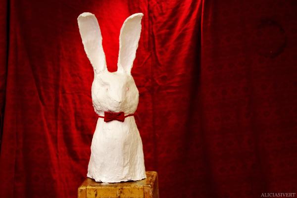 aliciasivert, alicia sivertsson, skulptur, kanin, underlandet, sculpture. wonderland, rabbit, bunny, hare, hönsnät, gips, gypsum, lysdioder, diod, dioder, ögon