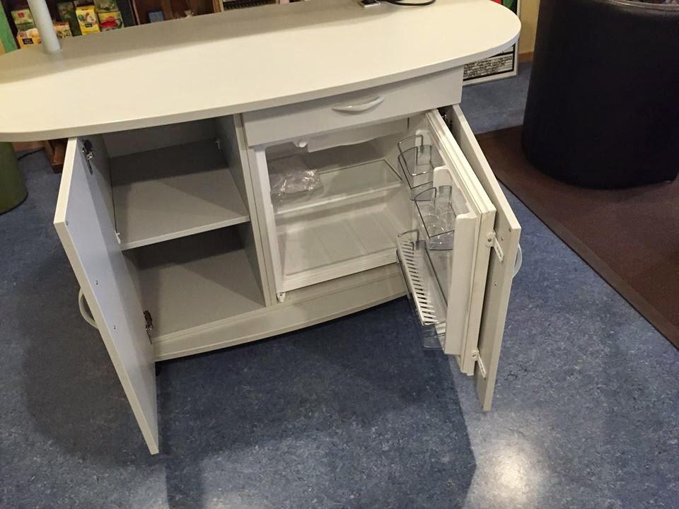 colour up your office der mobile kaffeeschrank mit rollen und k hlschrank dient als event. Black Bedroom Furniture Sets. Home Design Ideas