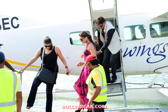 Kareena Kapoor getting out of plane in Dubai - Kareena Kapoor in pink dress at Press conference of &#39;Heroine&#39; in Dubai