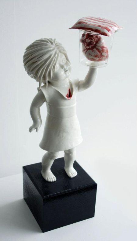 Maria Rubinke esculturas porcelana surreais sangue crianças macabras Coração