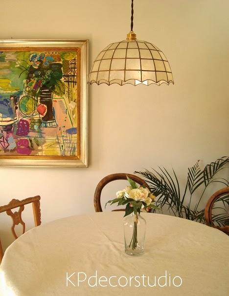 Decoración vintage de salón-comedor. Lámparas de techo antiguas tipo tiffany