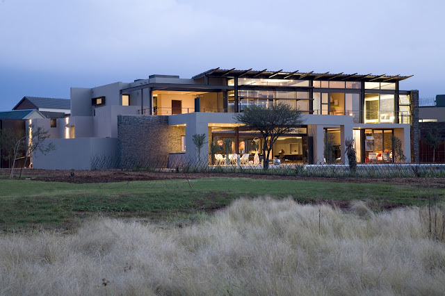 Modern Serengeti House by Nico van der Meulen Architects at dusk