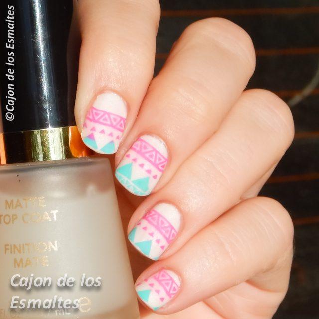 Diseño tribal de uñas con colores pasteles