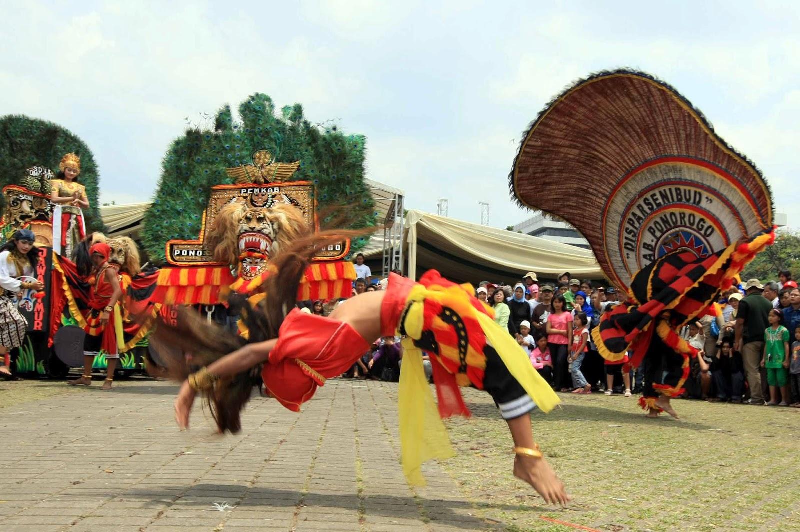 Reog adalah salah satu bukti budaya daerah di Indonesia yang masih sangat kental dengan hal hal yang berbau mistik dan ilmu kebatinan yang kuat