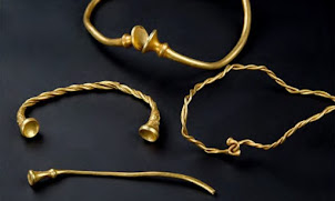Des archéologues amateurs découvrent 4 torques en or de l'Âge du Fer