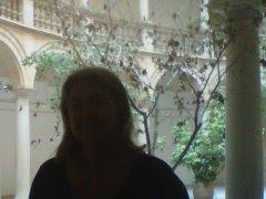Sandra Partenio en el patio del edificio de oficinas de Staff Previsional