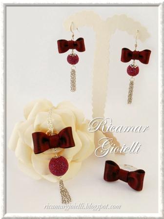 Orecchini, collana e anello con fiocchi di raso e perle rivestite al crochet
