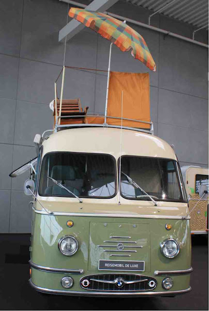 Reisemobil Deluxe mit Sonnenterrasse auf dem Dach - Geschichte der Wohnmobil Reisen im Hymer Museum