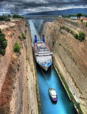 Barco en el canal de panama