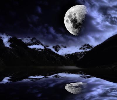 Lago reflejando la luna llena
