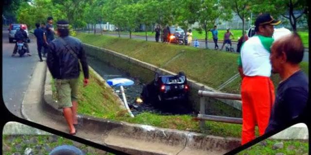 Honda Freed Nyemplung ke Selokan