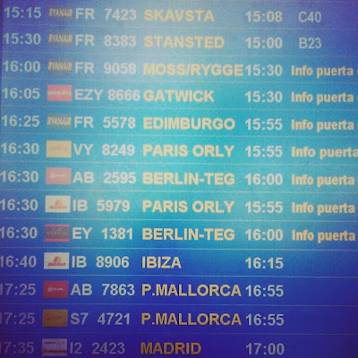 Pantalla de salidas de un aeropuerto español