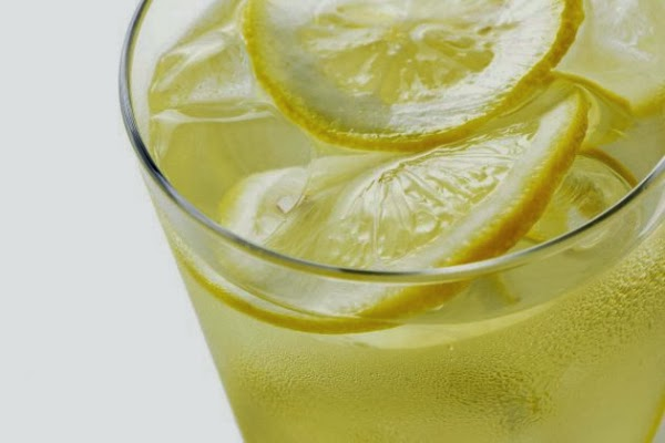 Beneficios de beber agua de limón