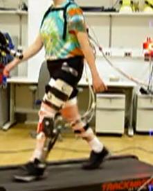 Foto de un ensayo con el exoesqueleto