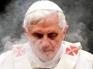 Il papa mentre si scioglie dinnanzi ai fedeli.