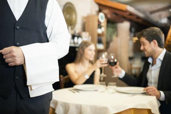 restaurante-camarero-cenar-pareja