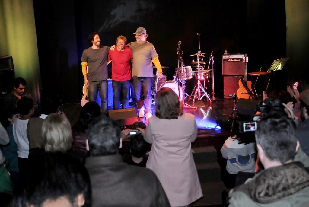 Ao fim da apresentação, os artistas agradeceram e comemoraram