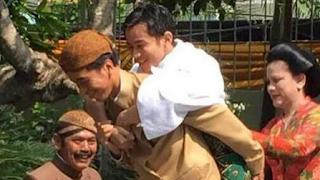 Foto Jokowi dan Gibran Tertawa Riang