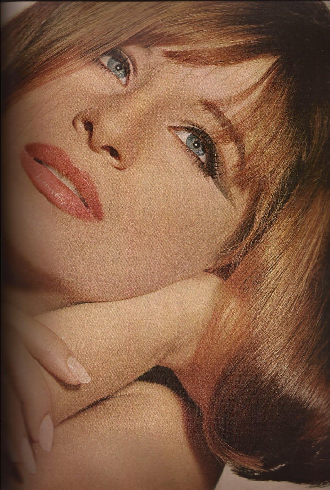 http://3.bp.blogspot.com/-vlX6aKDM8UE/TbuczPiLOHI/AAAAAAAAAnA/45wzHeFlqmU/s1600/Vogue+December+1964-2.jpg