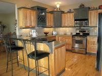 Decoracion rustica de cocina con suelo y muebles de madera