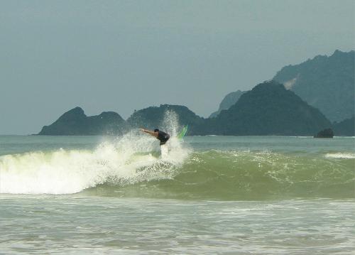 Surfing Di Pantai Pulau Merah