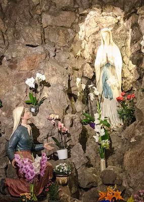 Gruta de Lourdes na igreja de Santo Inácio.  Praga, República Checa.