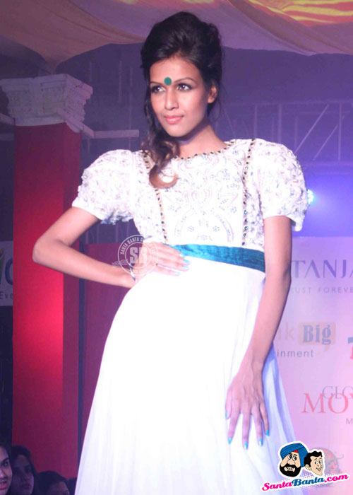 Model Walk the Ramp at Global Movie Independence Fashion Show  - (7) - Global Movie Independence Fashion Show Photos