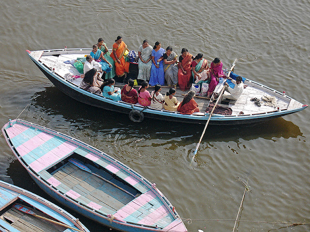 Pèlerins qui font un tour de barque sur le Gange