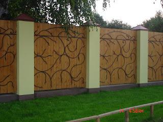 Деревянный забор с кирпичными столбами. Фото 11