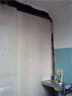 ремонт на кухне - стена с санузлом