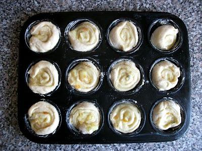 a vaníliás csigák a muffin formában, mehetnek a sütőbe