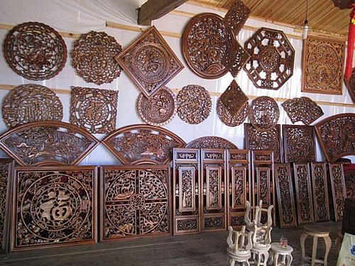 Puerto artesanal lu s un artista de madera de carruajes y for Artesanias en madera