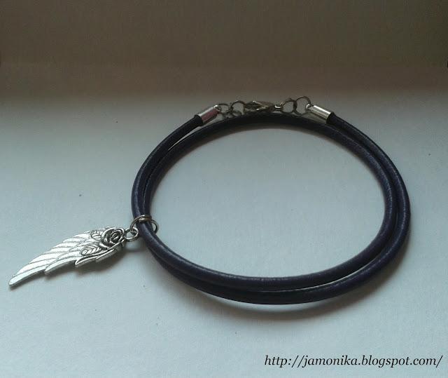 Fioletowa bransoletka z zawieszką skrzydłem