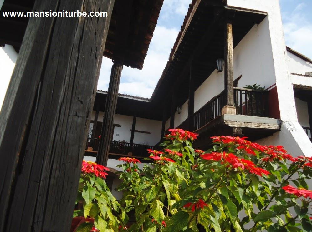 Flores de Noche Buena en la Casa de los Once Patios en Pátzcuaro