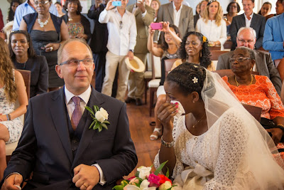 la mariée, émue, s'essuie les yeux - mariage au Gosier - Guadeloupe