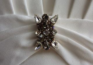 détail de broche et drapé sur robe de mariée par créatrice à Versailles