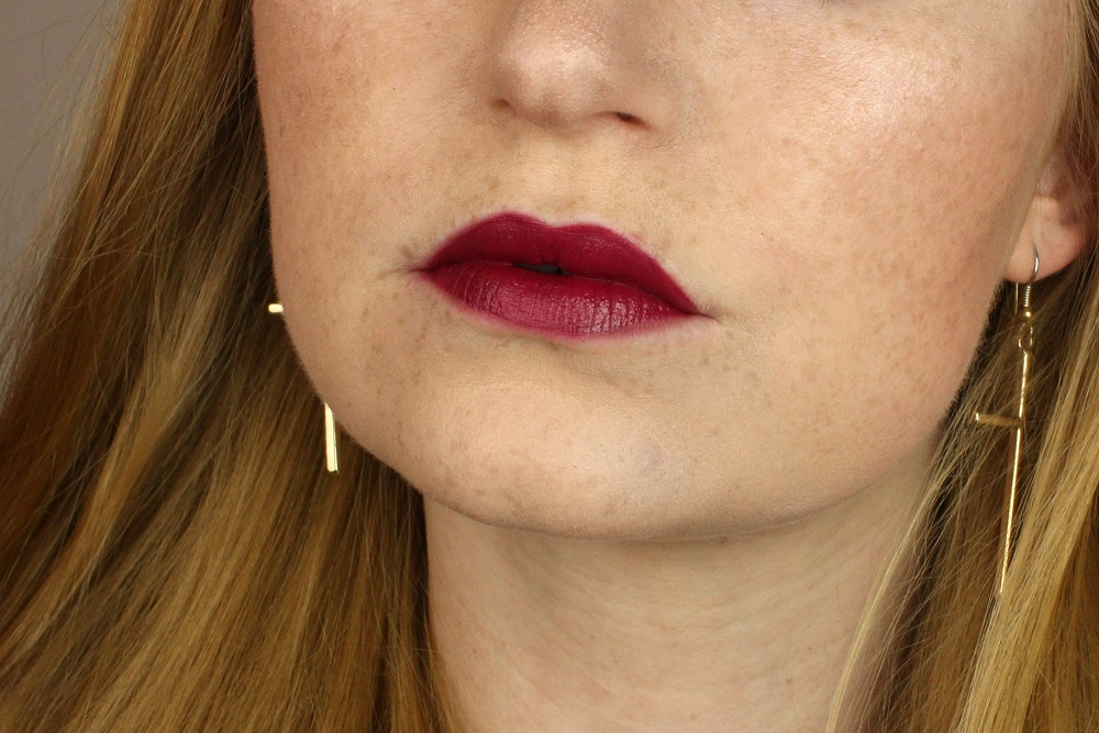 applikator, burgundy kiss, drogerie, haltbarkeit, intensive farbe, klebt nicht, lip lacquer, lipgloss, liplacquer, lippen, lips, manhattan, matt, matt effect, red velvet, review, satin rose, swatches, tragebilder