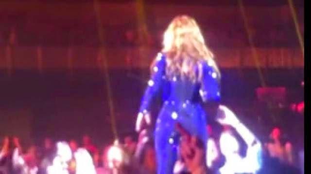 Beyoncé se fait frapper les fesses par un fan durant un concert à Copenhagen