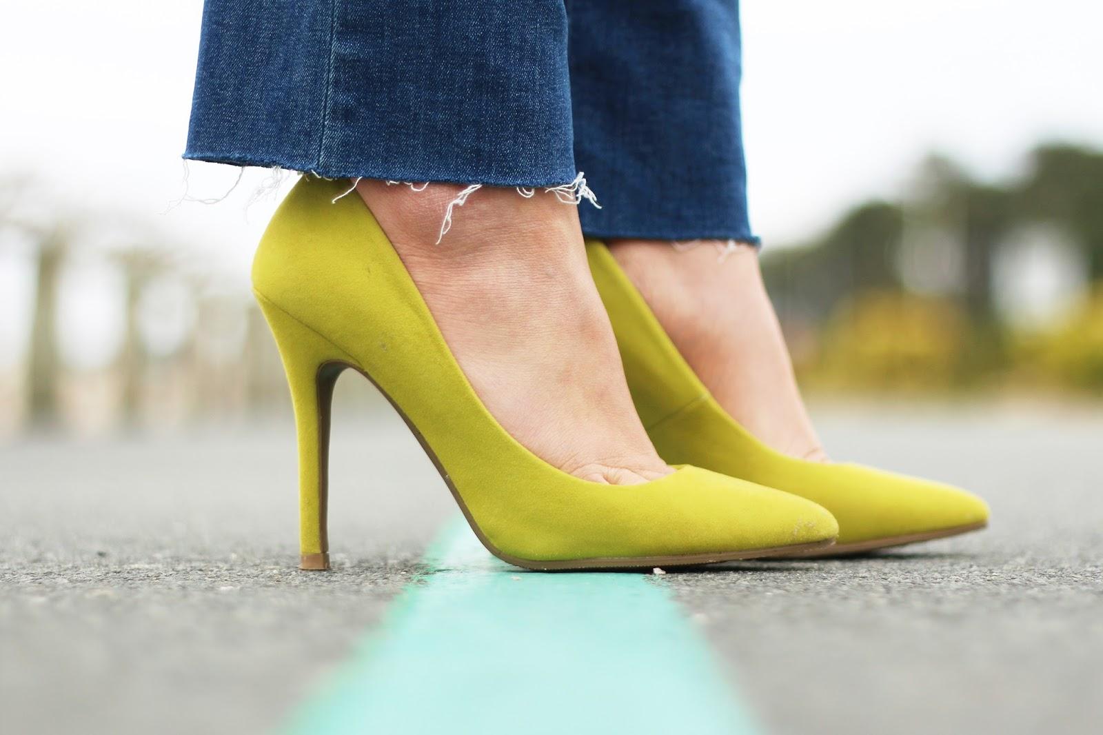 Escarpins jaunes + jean déchiré