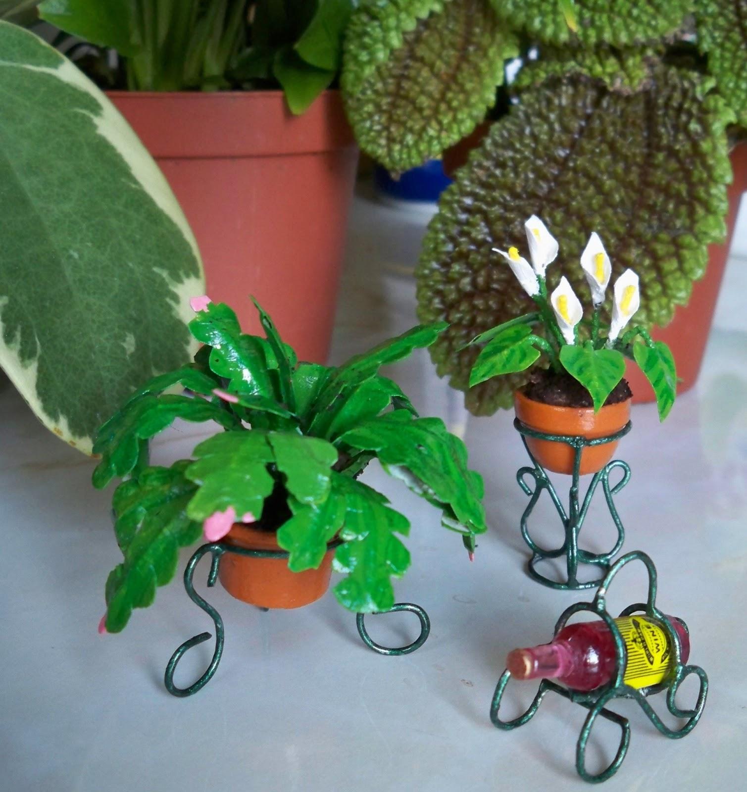 Jugando a las miniaturas unas macetas y sus portamaceteros for Macetas miniatura