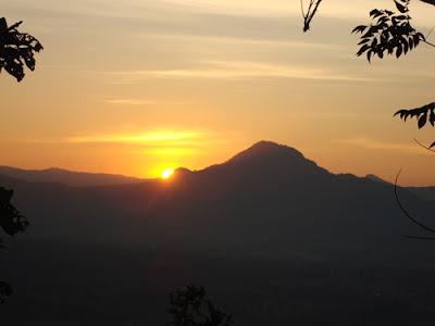 ชมพระอาทิตย์ขึ้นยามเช้า บนภูทอก