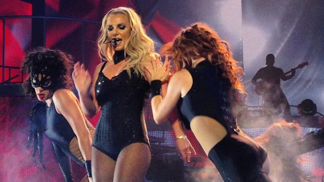 Britney Spears perdió los zapatos en plena presentación
