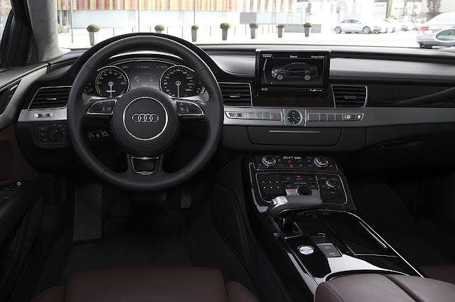 торпеда и рулевое колесо Audi A8 Hybrid 2012 года