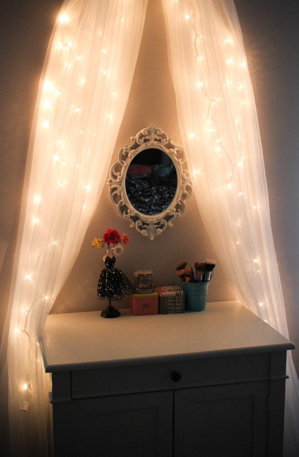 leslie loves makeup diy fairy light vanity area original. Black Bedroom Furniture Sets. Home Design Ideas
