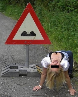 funny picture: blonde understand meaning traffic