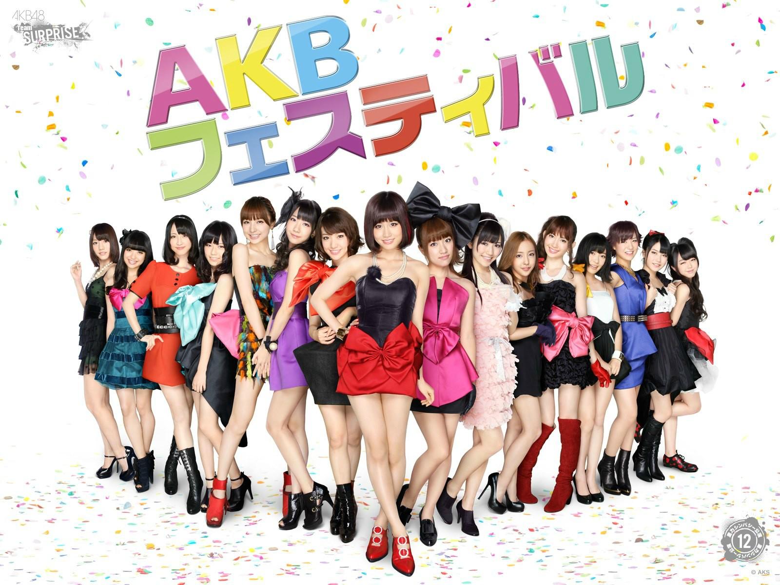 鮮やかにドレスアップした美しいAKB48