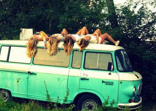 Chicas en el techo de una camioneta
