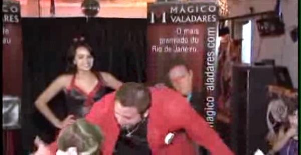 mágico idiota se irrita e xinga menino durante o show
