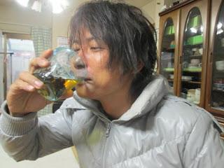 японец пьет